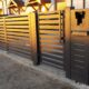 Modern hekwerk met poort
